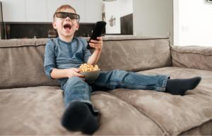 Medienkonsum: Kleinkind schaut Fernsehen