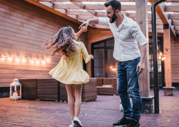 Vater tanzt mit Tochter - Sichere Bindung